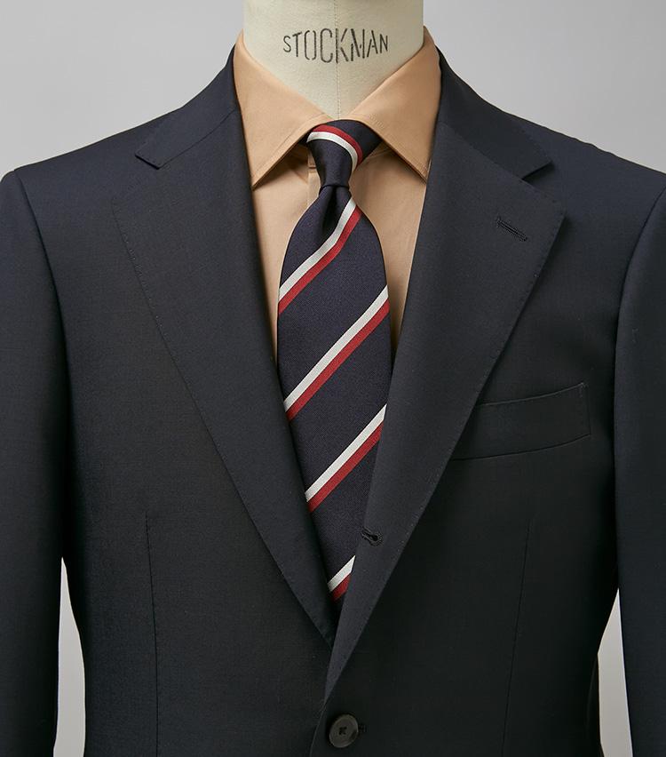 <p><strong>ベーシックなネイビースーツを新鮮に</strong><br /> 紺無地スーツ+レジメンタイというベーシックなコーデも、キャメルカラーのシャツでぐっとクールかつモダンな雰囲気にチェンジ。どこか男の色気が漂うコーデでもある。スーツ9万4600円/シップス(シップス 銀座店) タイ1万7600円/ニッキー(ユナイテッドアローズ 六本木ヒルズ) ※シャツは上の画像[右]と同じ。</p>