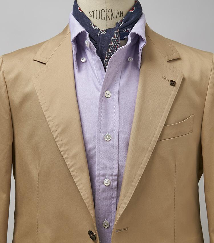 <p><strong>ベージュとパーブルで甘い雰囲気に</strong><br /> パープルのシャツは流行りのベージュのコットンスーツに映える。ノータイで着る場合はスカーフをプラスするほか、このようにBD襟のボタンを外すとニュアンスがアップ。スーツ14万6300円/タリアトーレ(トレメッツォ) スカーフ9680円/ヴィンセンツォ ミオッツァ(ビームス 六本木ヒルズ) ※シャツは上の画像[左]と同じ。</p>