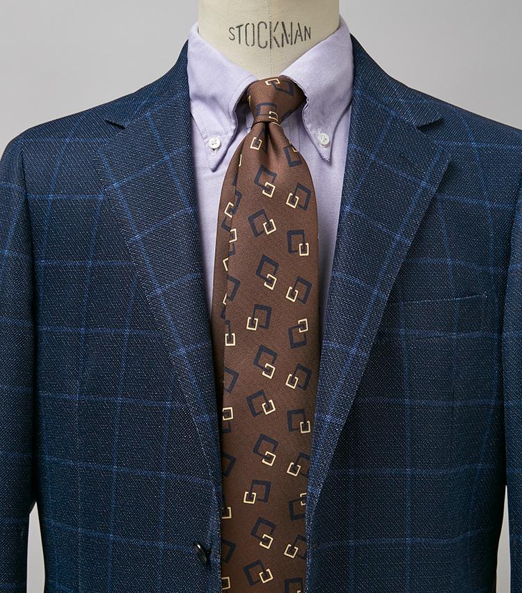 <p><strong>ちょっと外した感じが洒落巧者に見せる</strong><br /> このようなコーデにはサックスなどブルー系のシャツを合わせる人も多いだろうが、パープル系ならよりノーブルな雰囲気に。一歩先行く洒落者を気取りたいのなら参考に。ジャケット3万3000円/ユナイテッドアローズ、タイ1万7600円/フランコ バッシ(以上ユナイテッドアローズ 六本木ヒルズ) ※シャツは上の画像[左]と同じ。</p>