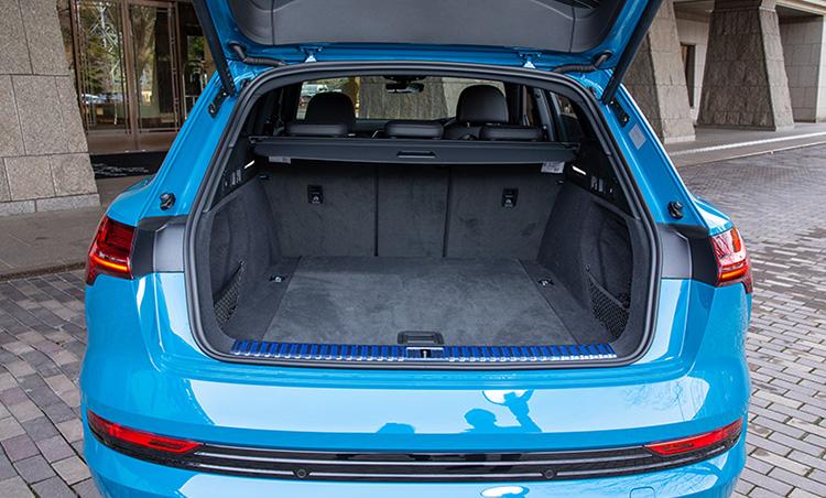 <p>EVモデルながらトランク容量も優秀。通常時は600ℓ、最大で1725ℓまで拡大が可能。</p>