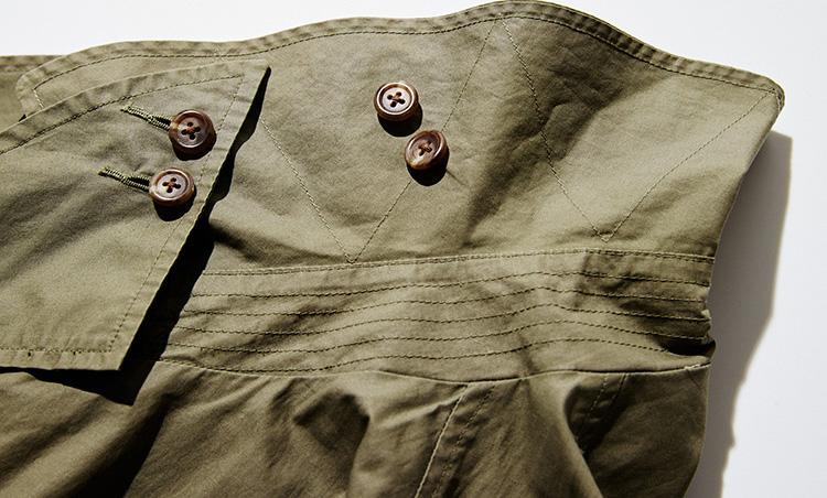 <p><strong>襟裏の補強ステッチ</strong><br /> 「台襟部分には横方向の並行ステッチが、襟の裏側にはジグザグステッチが施されています。どちらも襟を補強する目的のもので、ミリタリーウェアとして生まれたトレンチコートの特徴的仕様。細かい部分まで本気な作りが魅力です」</p>