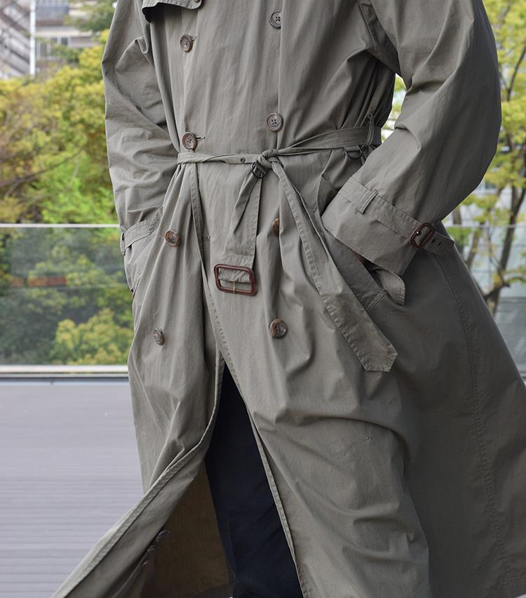 <p><strong>ひらりとたなびく極薄素材</strong><br /> 極薄のタイプライタークロスで仕立てられたトレンチコートは軽やかさも魅力。歩くとひらりと裾がたなびき、非常に美しい。</p>