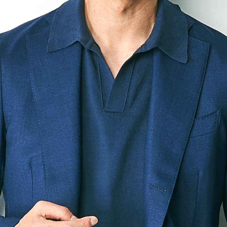 <p><strong>5位<br /> 休日ポロシャツに「スキッパー」が使える理由【1分で出来る胸元お洒落】<br /> </strong></p> <p> 休日のジャケットスタイルにポロシャツを合わせるのはきれいめカジュアルの定番だ。だがもう一歩進んで洒落た着こなしを目指すなら、襟型がスキッパーになっているポロシャツを選んで見てほしい。スキッパーポロはボタンがない分、よりスマートですっきりした印象を与えてくれる。写真のようにジャケットとポロシャツを同色のワントーンコーデにすれば、さらに洗練された雰囲気を後押ししてくれるだろう。<small>(MEN'S EX Spring/Summer 2021掲載)</small></p>