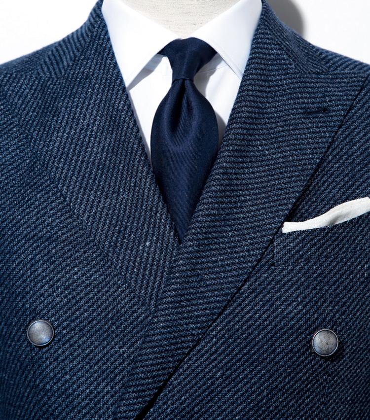 <p><strong>紺×白のみのコントラストが爽快</strong><br /> 素材のコントラストで印象にメリハリ</p>