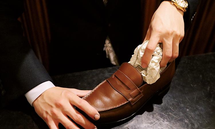 <p><strong>2. 紙を詰めて1~2時間放置</strong><br /> キッチンペーパーなどを靴の中に詰めて水気を取りつつ、形を整える。1~2時間程度風通しのいいところで放置。</p>