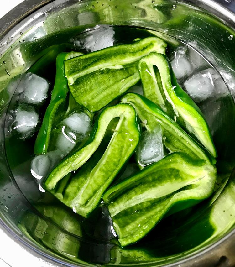 <p>2. 氷水に入れよく冷やす。(時間があればそのまま冷蔵庫に入れ、1〜2時間置くとパリパリになる。)</p>
