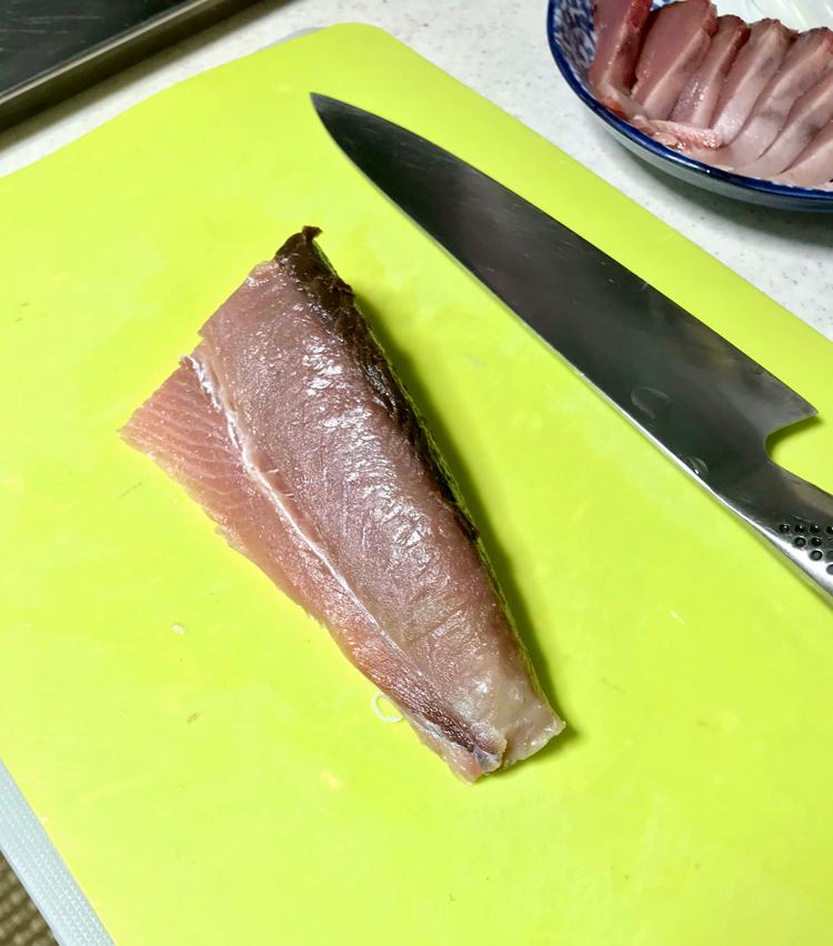 <p>3. 10分ほどおいた鰹は塩を水で洗い流し、水気をよく拭く。</p>