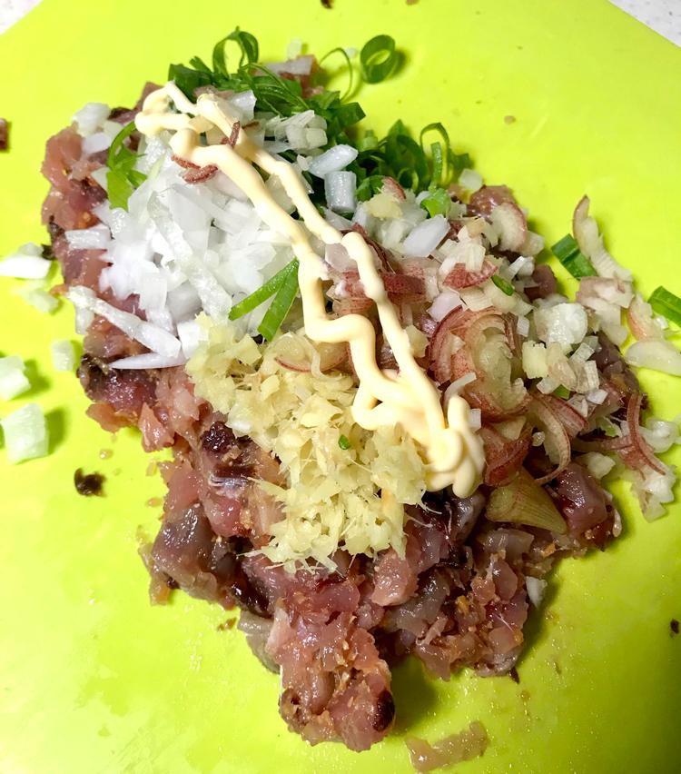 <p>5. みじん切りにした野菜を載せ、マヨネーズ大さじ半分ほどを入れ、全体をよく混ぜる。</p>