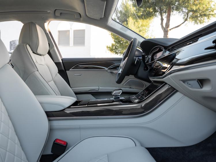 <p>フロントにはバルコナレザーを用いたスポーツシートを標準装備。ハンドル位置は左右どちらとも選べる。</p>