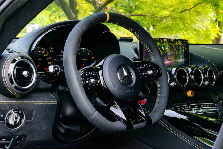 <p>AMGドライビングコントロールスイッチが付いたAMGパフォーマンスステアリングを装着。安全運転支援システムのレーダーセーフティパッケージも標準装備する。</p>