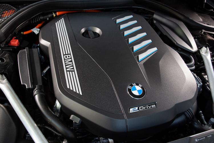 <p>286ps/450Nmの3リッター直6ターボを搭載、モーターとの組み合わせでシステム最高出力394ps/システム最大トルク600Nmとされた。</p>