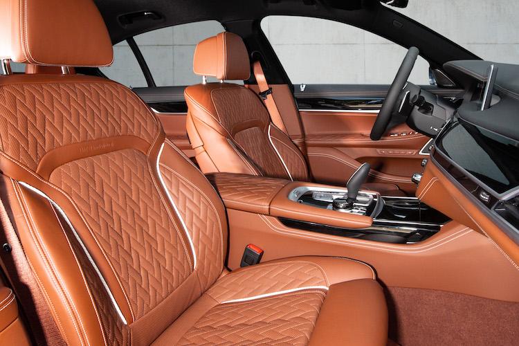 <p>レザーやウッドを用いたラグジュアリーな室内空間。内外装はオーダーメイド・プログラム(BMW INDIVIDUAL)で、ユーザーの好みに合わせて仕立てることもできる。</p>