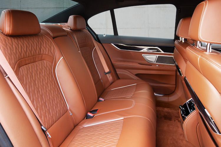 <p>スタンダードホイールベースの後席。室内の広さは変わらないが、745eはラゲージ容量が通常モデルより95リッター小さい420リッターとなる。</p>