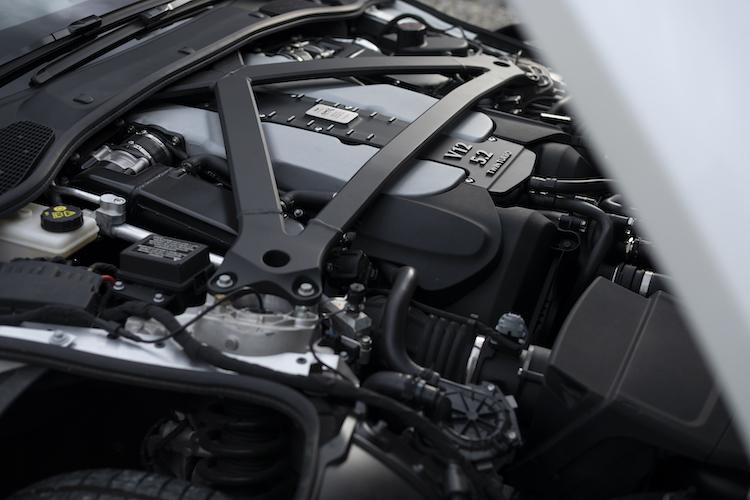 <p>最高出力639ps/最大トルク700Nmの5.2リッターツインターボを搭載。後輪を駆動し、0-100km/h加速は3.7秒となる。</p>