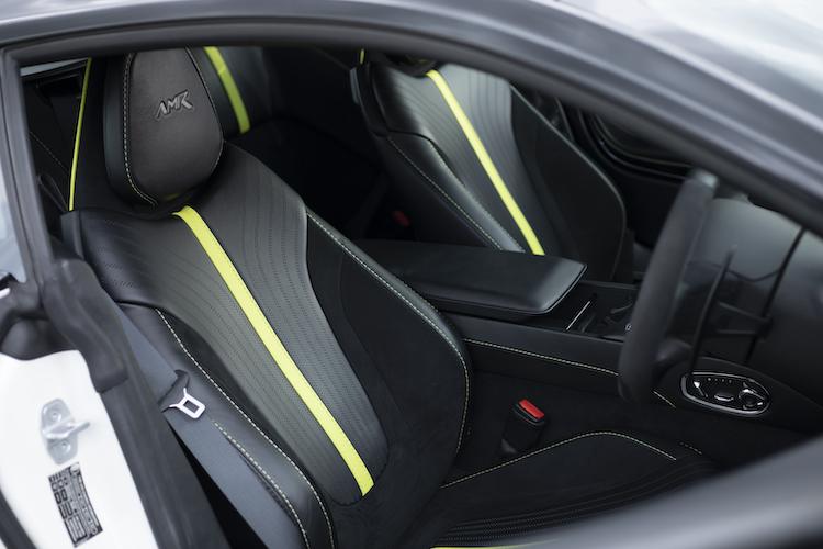 <p>ヘッドレストにAMRのロゴが入ったシートを装着。撮影車両はライムカラーのステッチがアクセントとして用いられていた。</p>
