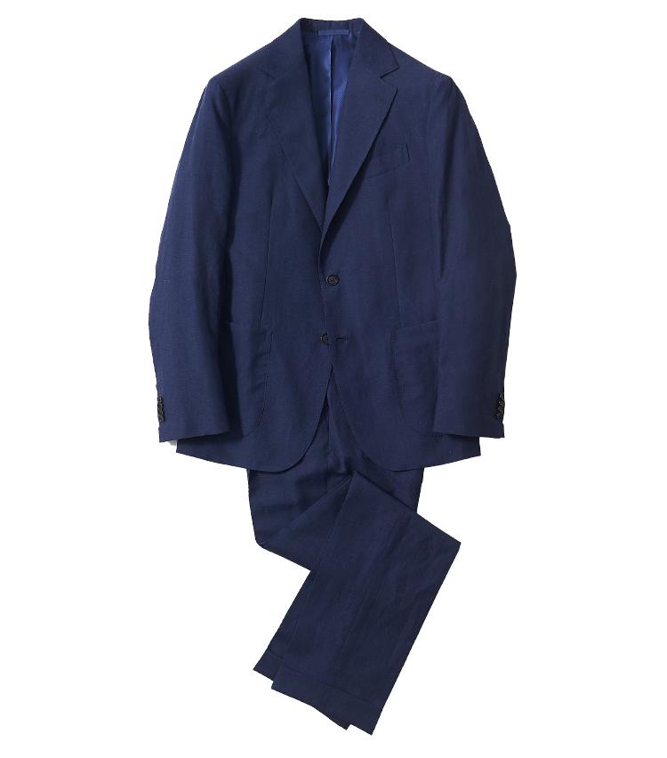 <p><strong>1.デ ペトリロのネイビーリネンスーツ</strong><br /> ウール55%、リネン45%の混紡率で、リネン100%のスーツより滑らかで着やすく、ビジネスに相応しいドレス感も備わっている。生地もハリが強すぎず、シワになりにくいのもポイントだ。パンツはワンプリーツ入り。17万1600円(ビームス 六本木ヒルズ)</p>