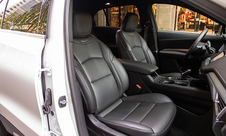 <p>高品質レザーを使用し、ステッチも手作業で仕上げたシートなど、豪華さを特徴とする車内。</p>