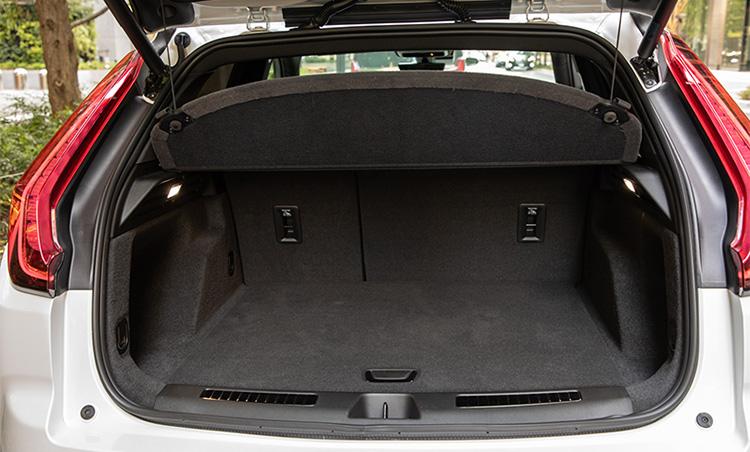 <p>荷室はかなり広めで、通常時は637ℓ、最大で1385ℓの荷物を積載可能。</p>