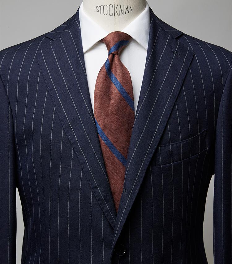 <p><strong>夏の会議はこんな威厳ある合わせで</strong><br /> このタイは赤みが強く、ダブルの紺ストに合わせるとパワーVゾーン的印象に。ビジネスのここぞの場面におすすめのコーデだ。スーツ15万700円/ガボ(ビームス ハウス 丸の内) シャツ1万7600円/ブルックス ブラザーズ(ブルックス ブラザーズ ジャパン) ※タイは上の画像[左]と同じ。 </p>