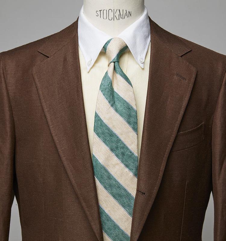 <p><b>色を多用しつつも夏らしく爽快な印象に</b></p> <p>茶スーツに黄のクレリックシャツの合わせ。ここでタイが強めの色だとうるさくなるが、淡いグリーンですっきり涼やかにまとまった。スーツ12万1000円/ビームスF(ビームス 六本木ヒルズ)シャツ2万7940円/エリコ フォルミコラ(シップス 銀座店) ※タイは上の画像[右]と同じ。 </p>