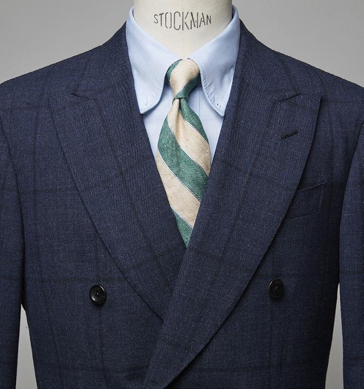 <p><b>グリーンのひと差しで一歩先のお洒落を気取る</b></p> <p>丸みの強いイタリア調のダブルを、タイのミントグリーンが一層洒脱に見せる。いかにも今季っぽい新鮮な胸元演出だ。スーツ27万5000円/ジャンフランコ ボメザドリ(バインド ピーアール) シャツ7700円/麻布ザ・カスタムシャツ(Y&Mプレスルーム) ※タイは上の画像[右]と同じ。 </p>