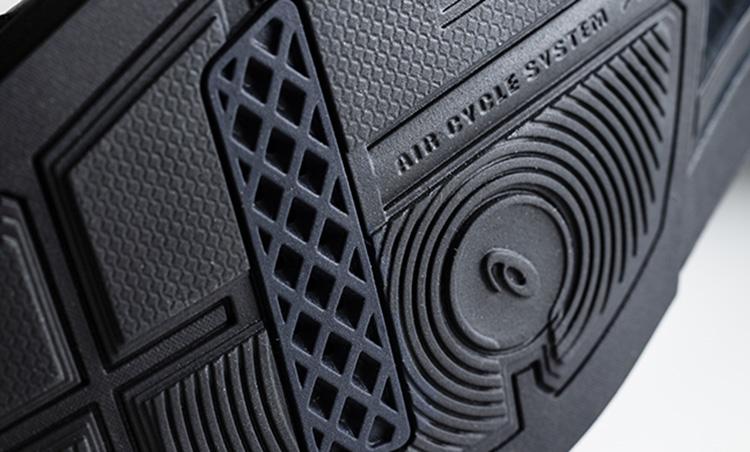革でも通気性抜群なオン靴&オフ靴_アシックスランウォーク靴底