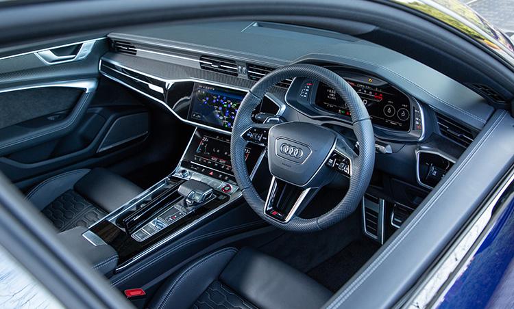 <p>インテリアの仕立てはアウディらしくシンプルかつ高級感を感じさせる。最新の運転支援システムも充実している。</p>