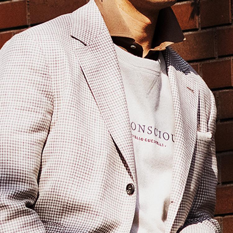 <p><strong>9位<br /> オフのジャケットスタイルの上手な重ね着テクとは【1分で出来る胸元お洒落】<br /> </strong></p> <p> 休日のジャケットスタイルをぐっと垢抜けさせるには、インナーを重ね着する際のひと工夫が大事だ。そこで今回紹介するのは、スウェットの襟元からカラーシャツを覗かせるテクだ。写真の着こなしを見て欲しい。ジャケットとインナーのスウェットを同色のグレーで揃え、首元からブラウンカラーのシャツをちらりと出している。カラーシャツがわずかに覗くとこでアクセントになり、着こなしにメリハリが生まれているのだ。<br /> <small>(MEN'S EX 2021年6月号DIGITAL Edition掲載)</small></p>