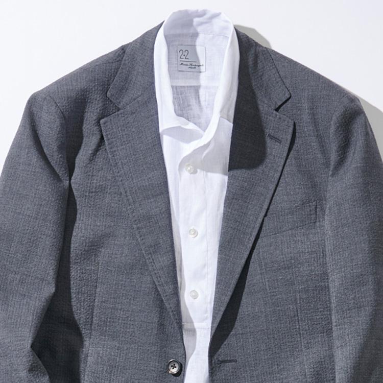 <p><strong>6位<br /> 夏の休日ジャケットのインナーに「カプリシャツ」を挿し込む【1分で出来る胸元お洒落】<br /> </strong></p> <p> 暑い時期の休日ジャケットスタイルのインナーに、プルオーバーのカプリシャツをインナーで取り入れる着こなしを試してみたことはあるだろうか。写真はまさにそのような着こなし。ややゆったりしたリネン素材のカプリシャツは一枚で着たときのリラックス感は抜群だが、ジャケットのインナーに取り入れても、その清涼感は失われない。休日らしいカジュアルな印象も加わり、新鮮なジャケットスタイルに仕上げることができるのだ。</p> <p><small>(MEN'S EX 2021年6月号DIGITAL Edition掲載)</small></p>