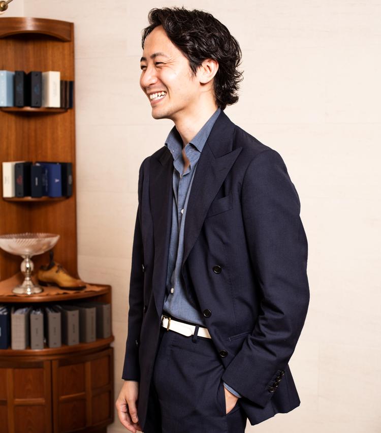 <p><strong>テーラードフィッター<br /> 森岡和也さん(37)</strong></p> <p>勤続:1年11ヵ月 趣味:海外カルチャー全般</p> <p>「今後機会を見つけて、あまり知られていない素晴らしい職人の皆さんをご紹介する動画コンテンツを作るなど、皆さんに興味を持っていただける場を作れたらと思います」<br /> <br /> Style:レクトゥールに来て最初に作ったというスーツ。ゆとりあるシルエットで、中にはシャンブレーシャツを合わせ、あえてハズシの白ベルトと、遊びの効いたフレンチスタイルを意識。五十嵐さん曰く「森岡さんのフィッティング技術はいつも勉強になります!」</p>