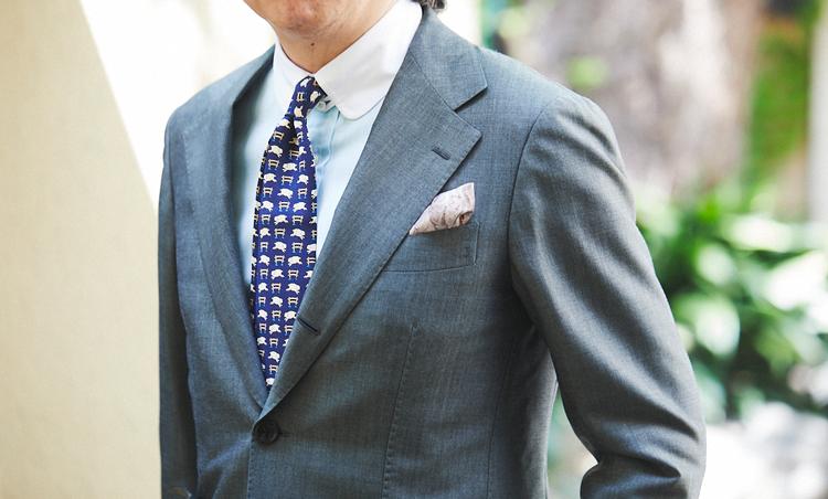 <p>淡いミントグリーン色のクレリックシャツがグレーグリーンのスーツと絶妙にマッチ。ヴィンテージのエルメスタイのユニークな柄で遊びを取り入れた。</p>
