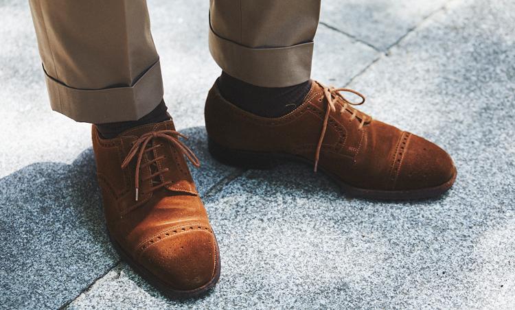<p>ブラウンスーツに合わせて、足元はブラウンスエードのセミブローグを。</p>