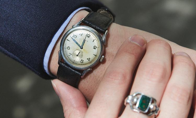 <p>1940年代のELGIN。主張しすぎない小ぶりなデザインがドレススタイルにもうまく溶けこんでくれる1本。ロンドンのアンティークマーケットで購入した思い出の品。</p>
