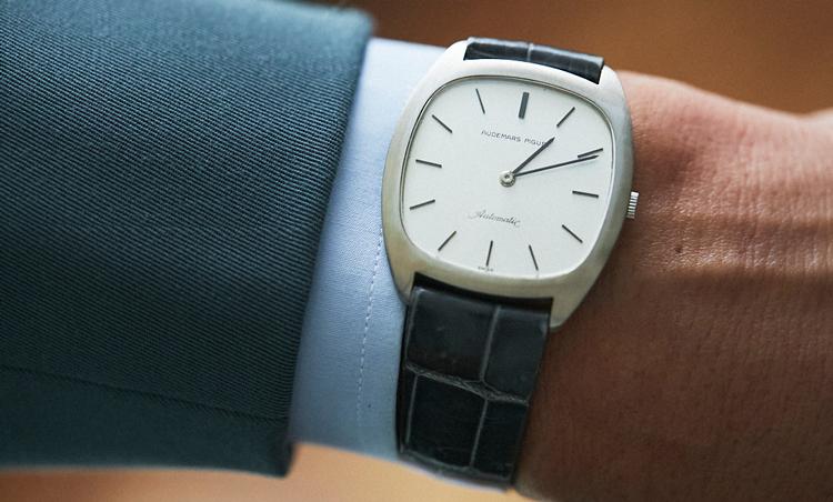 <p>時計は、オーデマ ピゲのヴィンテージ。ベルトをなんとも上品なグレーカラーのクロコにしているのが達人の技。これがスーツの色みと絶妙に合う!</p>