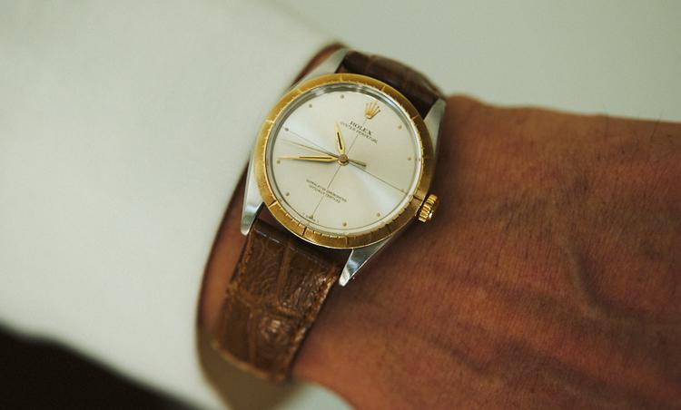 <p>時計は、ロレックスのオイスター・パーペチュアル・ゼファー(1966年製)。「ヴィンテージながらもゴールドをポイントにした、シックでタイムレスなフォルムが服装との相性も良くお気に入り」</p>