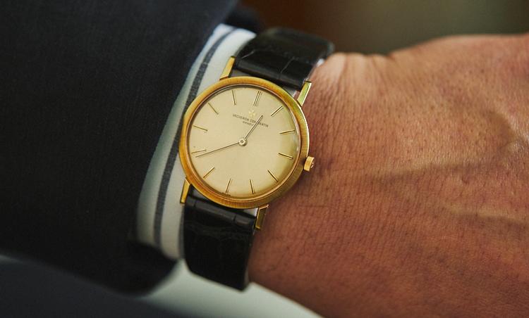 <p>時計はヴァシュロン・コンスタンタンの、1960年代のアンティーク。<br /> 「この年代の時計は、文字盤がシンプルで風防を含め厚さが薄いので、ドレススタイルに相性◎。今回は、黒を基調としたコーディネートなのでフォーマル要素もふまえて、2針の時計が最適だと思いました。ゴールドの高級感とクロコダイルベルトのラグジュアリー感が、手元をよりエレガントに見せてくれます」</p>