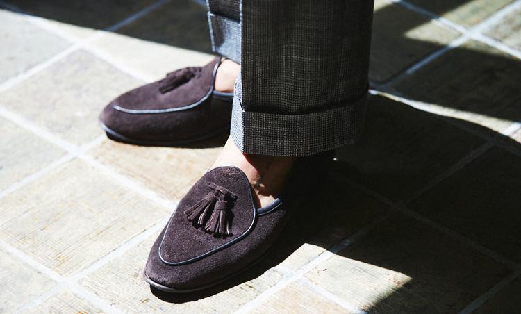 <p>足元はボードイン アンド ランジのスリッポンを素足履きで軽快に。</p>