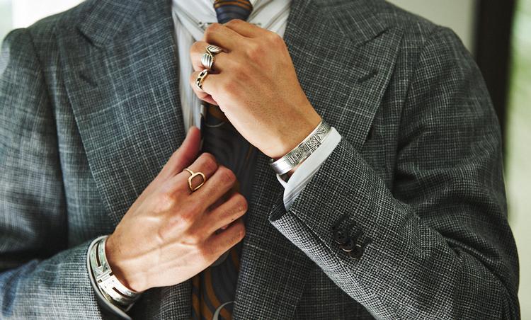 <p>ドレッシーなスーツスタイルに似合う、エルメスのアクセサリーを中心に複数付け。リングもベースを細めにし、付ける指をばらけさせるとうるさくならない。人差し指のゴールドリングはなんと自作!</p>
