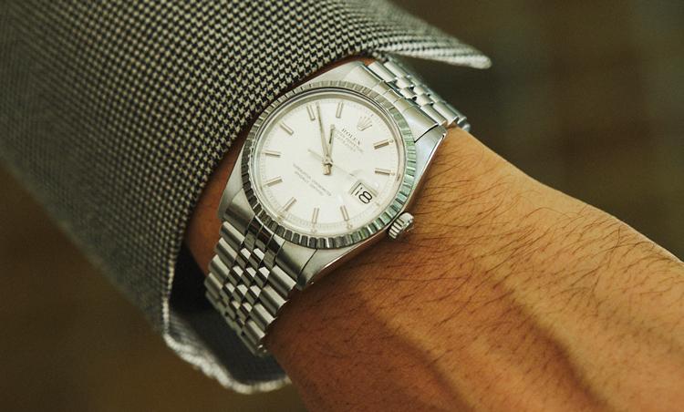 <p>「自分の等身大のように身体に馴染む時計が好き」という豊永さん。グレースーツと合わせてシルバーメタルブレスのロレックスで上品な手元を演出。</p>