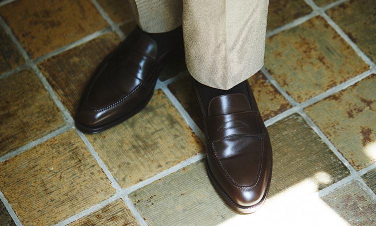 <p>ローファーは落ち着きのある茶色を選び、品の良さと軽快さを表現。</p>