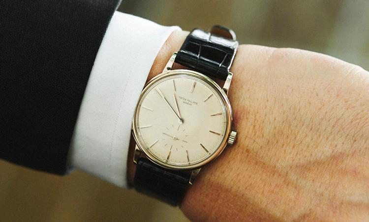 <p>1970年頃のパテック フィリップは、27-460と言う銘機が搭載されているホワイトゴールドのカラトラバ。「手首が細いので、フェイスの大きな時計はつけない主義。当時と同じ様な、薄くてステッチレスの光沢あるクロコダイルのベルトを作成してつけました。上品な面持ちが物凄く気に入っています」</p>