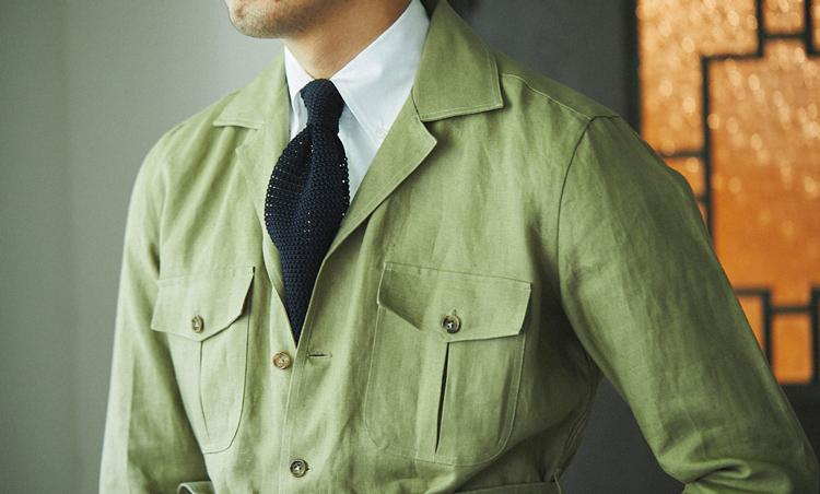 <p>サファリシャツジャケットを、あえてタイドアップで着こなしたのが粋。</p>