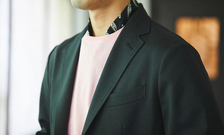 <p>ザ・ジジのゆったり目ジャケットに、きれいめカラーのニットをIN。首元にさりげなくスカーフを入れたのもお洒落のポイント。</p>