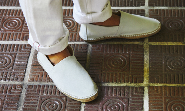 <p>白パンに合わせて、足元は白のエスパドリーユで夏らしさ意識。</p>