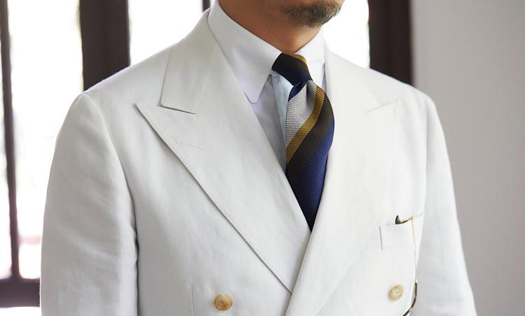 <p>着こむほど味わいの増す、オフ白のリネンスーツを、ラルフ ローレン パープル レーベル風なイメージで着こなした。クレリックタブカラーでクラシックに。</p>