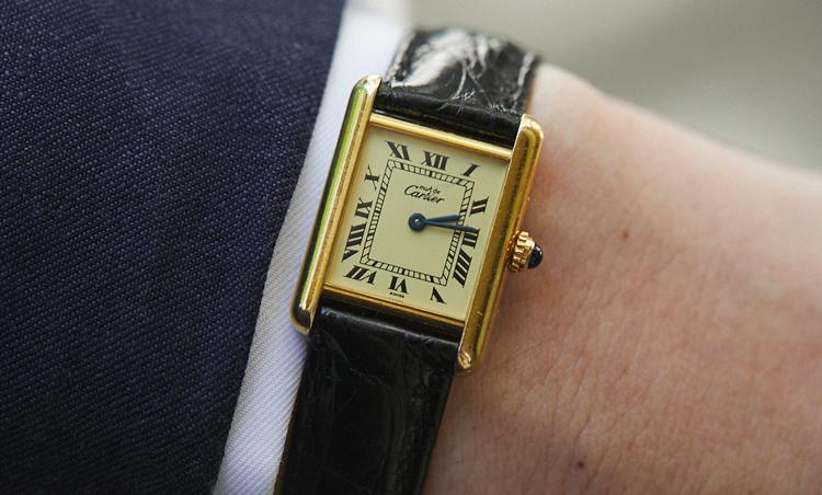 <p>合わせた時計は、Must de Cartier TANK。「レディース・サイズですが、文字盤のデザインが気に入っています」</p>