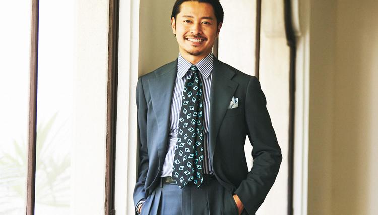 ブルーグレーのアメリカ的スーツを、ヨーロッパな雰囲気の胸元で【Pitti 100】