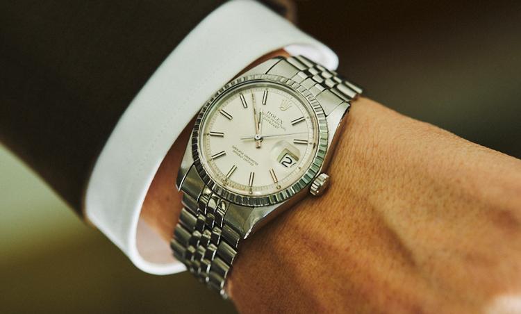 <p>時計はロレックスのシルバーブレスでスポーティな雰囲気に。</p>