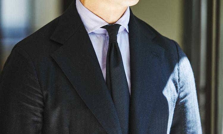<p>陽が当たるとヘリンボーンの織り感の表情が美しく浮き上がる、カシミアシルクのジャケット。細身のネイビーソリッドモヘアタイでシックな合わせ。</p>