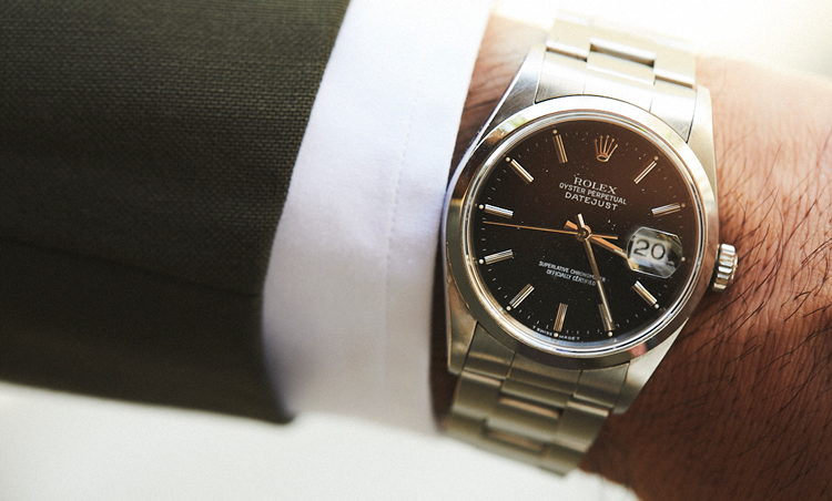 <p>時計は、ロレックスのオイスター パーペチュアル デイトジャスト。「王道のスーツスタイルには、SSベルトでシンプルに」</p>